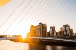 Millenium Bridge in Newcastle upon Tyne bei Sonnenuntergang