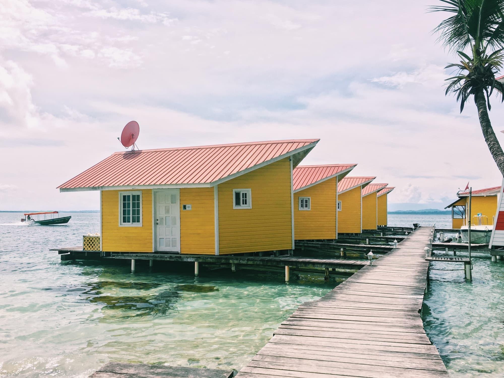 Gelbe Holzhütten auf Stelzen in der Karibik, Bocas del Toro