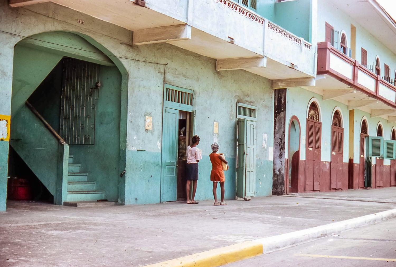 Pastellfarbene Häuser in Panama mit Frauen.