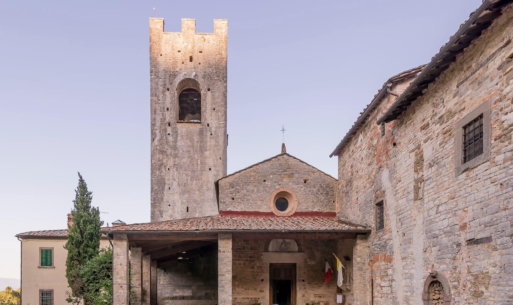 Die wunderschöne Abtei San Lorenzo in Coltibuono mit der untergehenden Sonne im Hintergrund