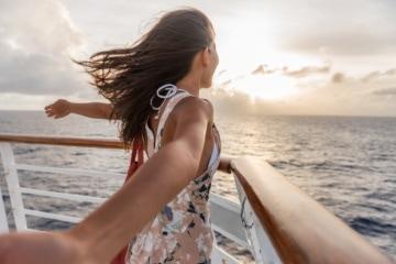 Frau auf Kreuzfahrtschiff