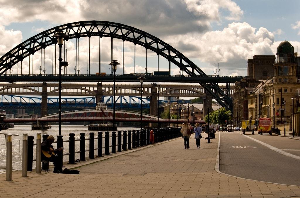 Viele verschiedene Brücken von Ufer mit Altstadt.