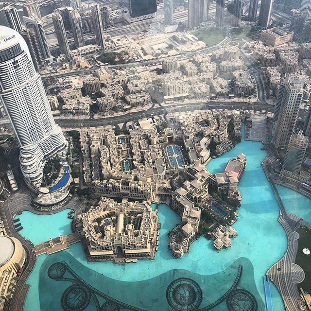 Die Aussicht vom Burj Khalifa in #Dubai hat etwas futuristisches, oder? Schon beeindruckend. Fotografiert von Simone, @aspirinia, die in #uae unterwegs ist. #welivetoexplore #reportervorort #mytinyatlas #traveldeeper #instatravel