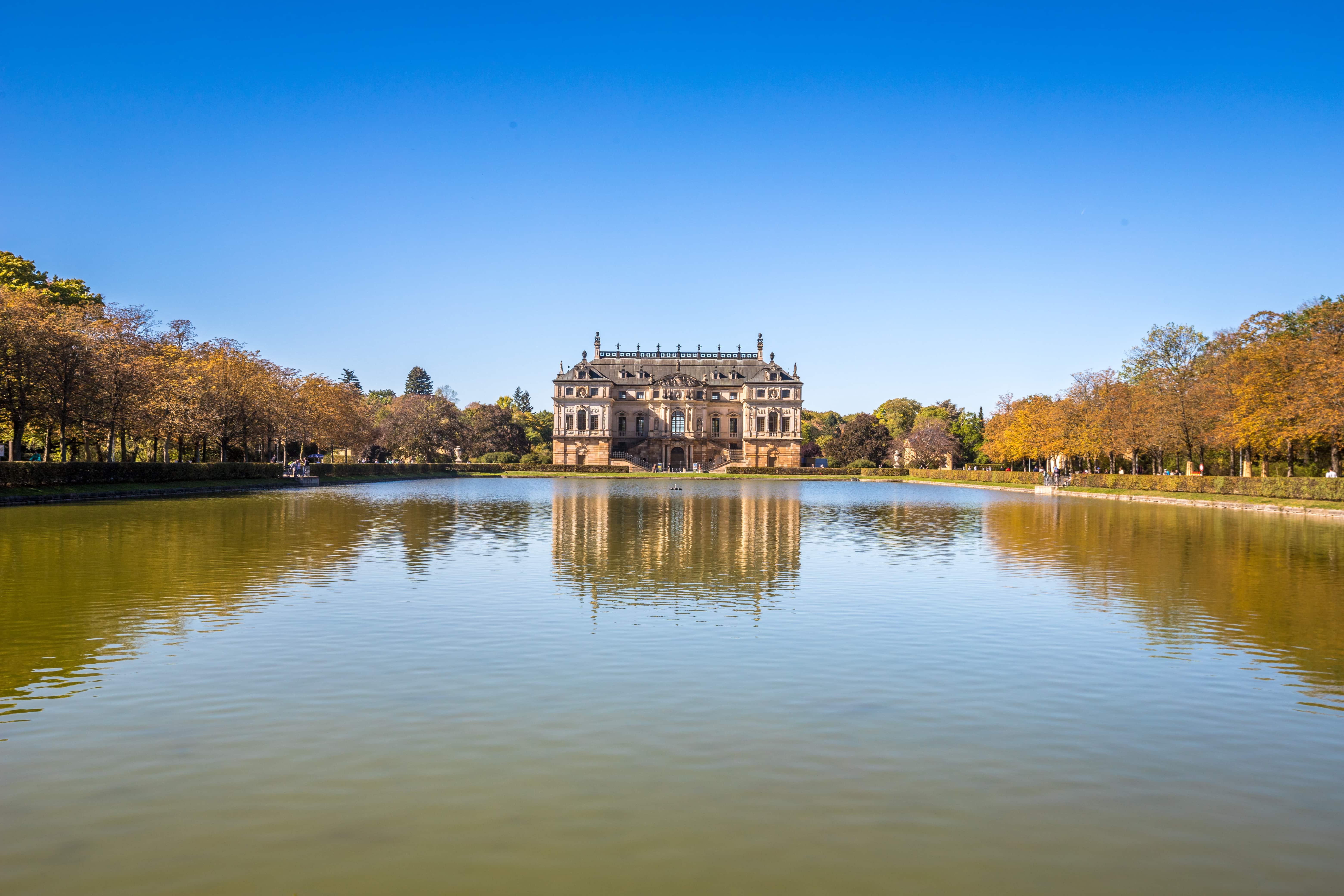 Blick vom See auf den Palast im großen Garten in dresden