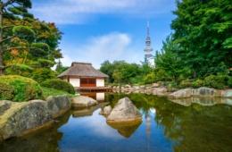 angelegter Teich mit englischem Häuschen mit Bäumen.