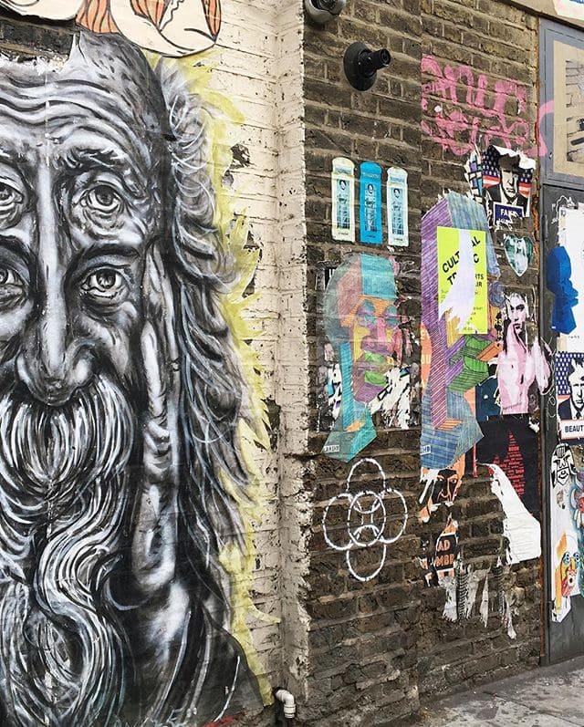 #streetart Wahnsinn in #london. Im Viertel Shoreditch rund um die angesagte Brick Lane kann man unzählige Kunstwerke an den Hauswänden begutachten. Doch bei Street Art Künstlern ist die Gegend so begehrt, dass ein manches Werk schon nach kurzer Zeit einfach übersprüht wird. Redakteurin Linda @gold_gelb konnte sich zwischen den Werken nicht entscheiden und hat uns gleich eine ganze Auswahl präsentiert. #shoreditch #bricklane #art #uk #citytrip #travel #reportervorort #passionpassport #mytinyatlas #travelgram #instatravel