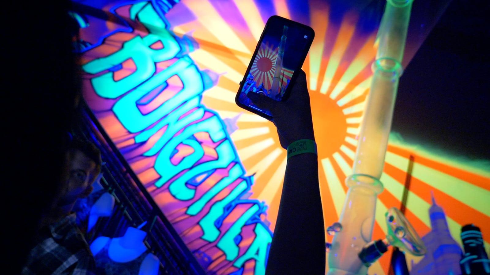 Smartphone macht Foto von bunter Kulisse