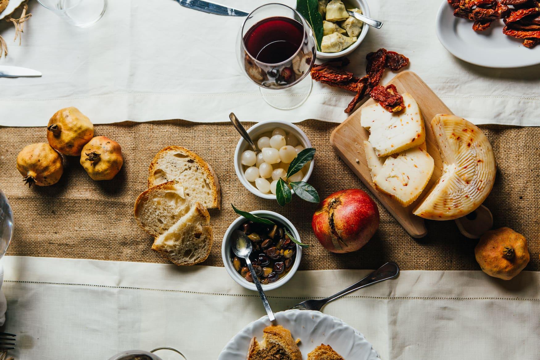 Gedeckter Tisch in einem Weingut in der Toskana