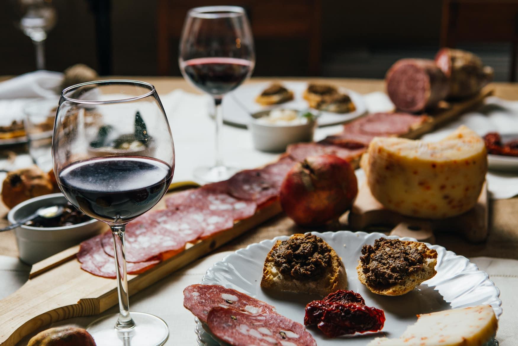 Abendessen in einem Weingut in der Toskana im Urlaub