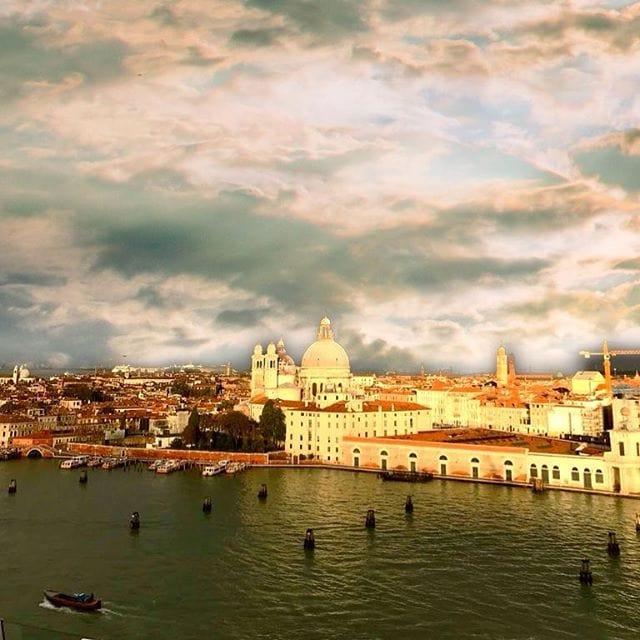 @verenawolff ist gerade für uns unterwegs auf der @aida_cruises und nimmt Abschied von #Venedig. Nachdem sie dort gestern knietief am Markusplatz im Wasser stand. Venedig erlebt ja gerade ein Hochwasser bei dem der Markusplatz gestern auch evakuiert werden musste.