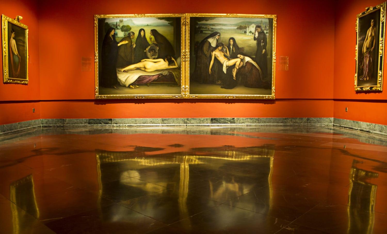 Museum mit roten Wänden und Gemälden mit Frauen