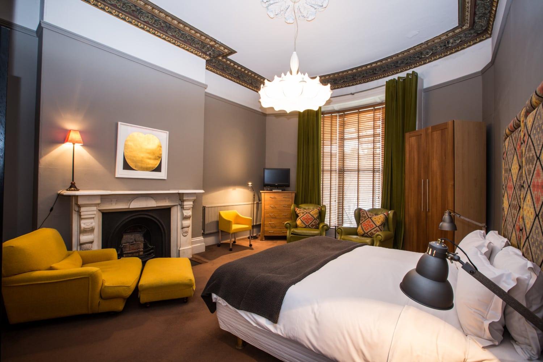 Irlands schönste B&Bs: Luxus-Zimmer mit Kamin und Kronleuchter im 31 Lesson