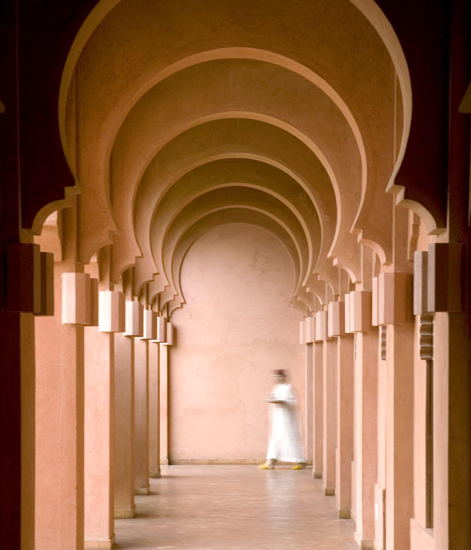 langer marokkanischer Flur mit Säulen und Gewölbe
