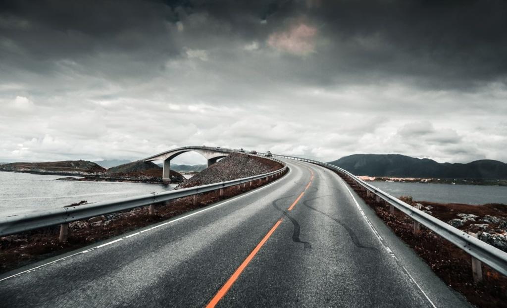 Die Atlantikstraße in Norwegen führt unter anderem über diese Brücke, immer entlang der traumhaften Fjorde.