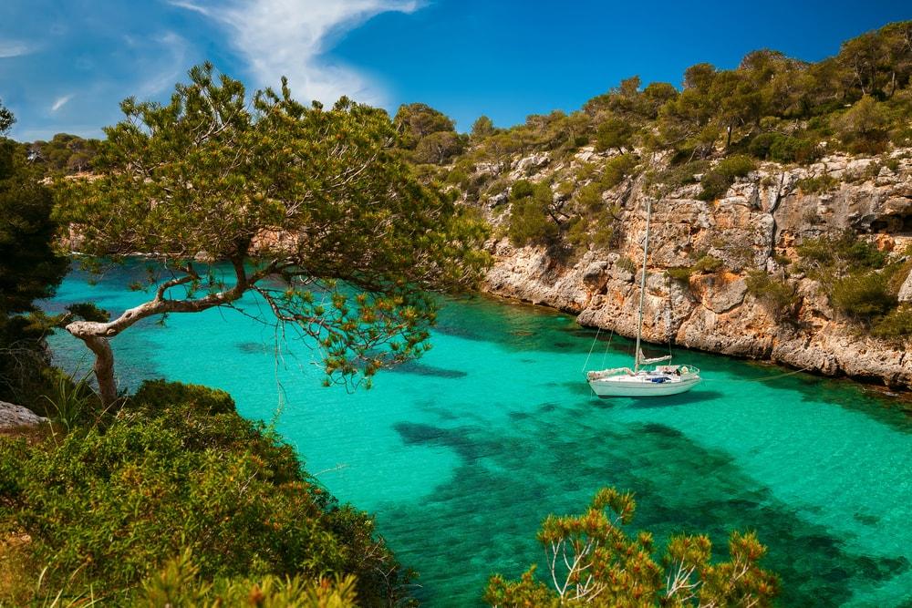 Yacht in einer Bucht auf Mallorca