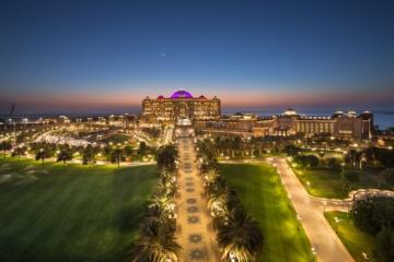 Riesige Hotelanlage bei Sonnenuntergang