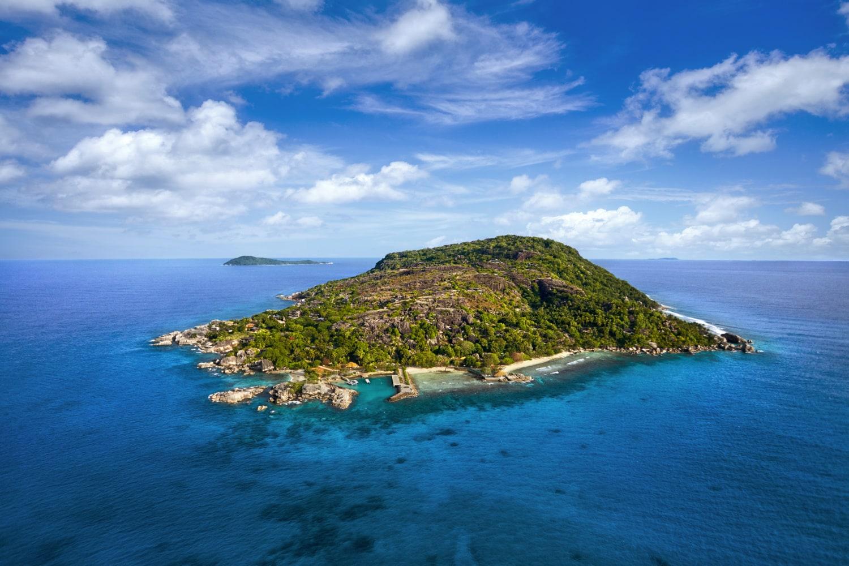 kleine tropische Insel mit viel Wald