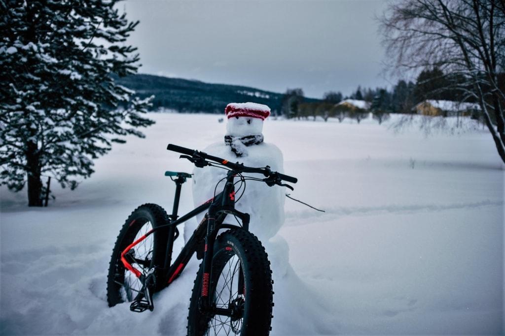 Fahrrad und Schneemann in Vuokatti