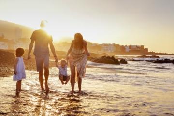 Familie am Strand spazieren gehend