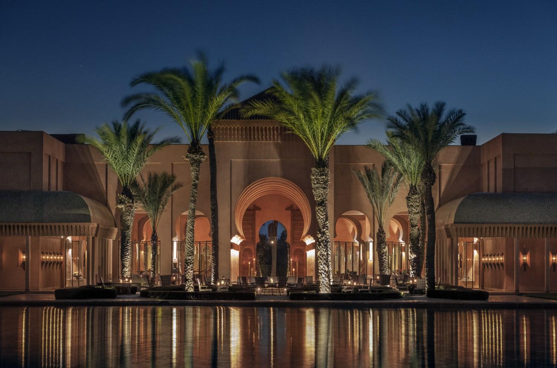 Marokkanisches Resort am Abend mit Lichtern und Palmen