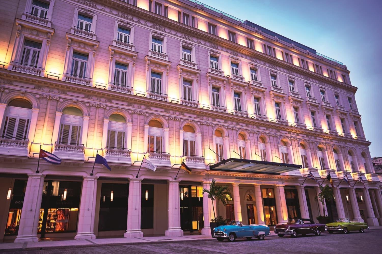 Gran Hotel in Kolonialstil mit Oldtimern vor der Tür