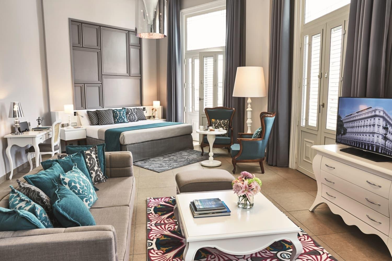 Luxussuite eines Hotels in Erdtönen und Türkis