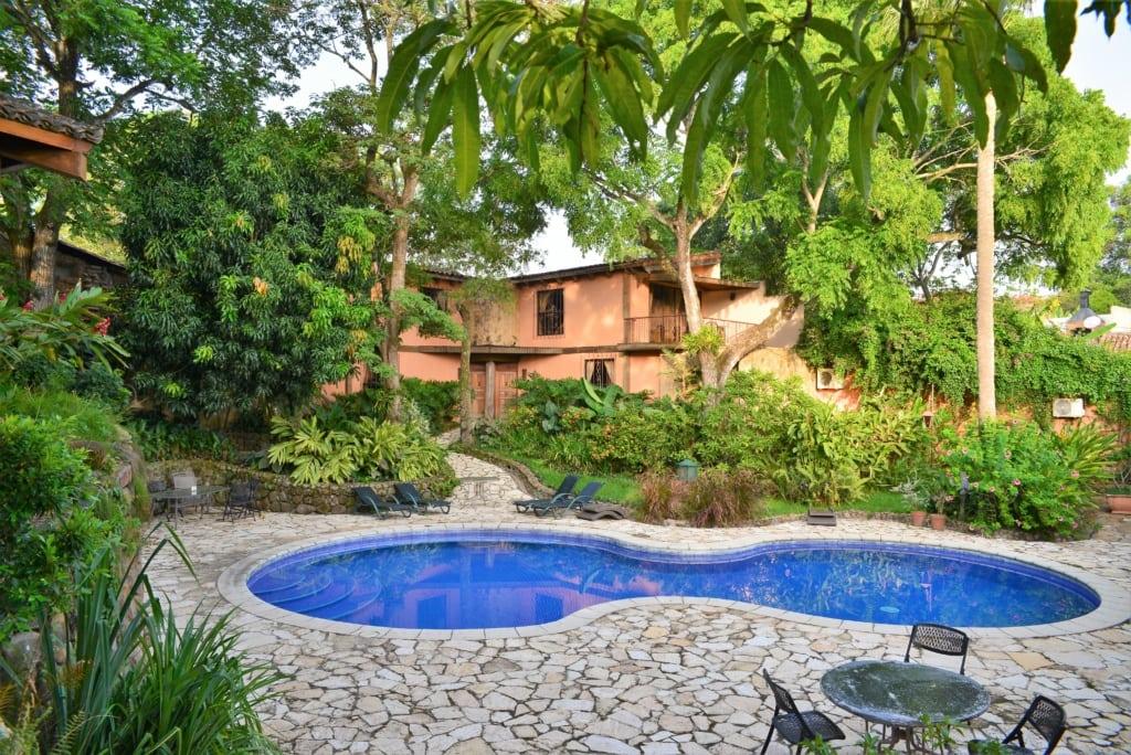 Pool und Innenhof im Hotel Los Almendros San Lorenzo in El Salvador