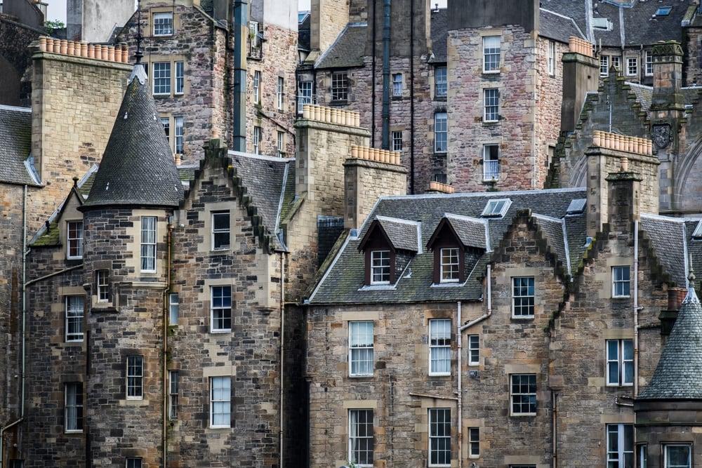 Viele alte, kleine, turmartigen Häuser aus Stein