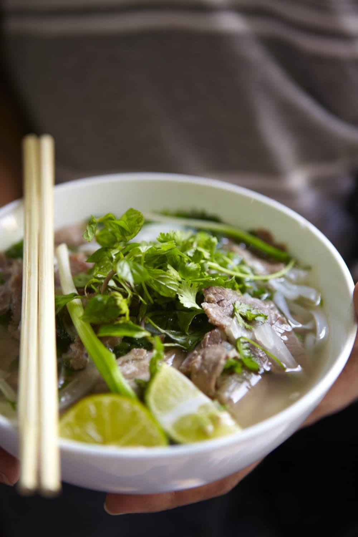 Eine Schale vietnamesischer Pho Suppe