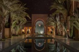 Marokkanisches Resort bei klarer Nacht mit Palmen und Pool