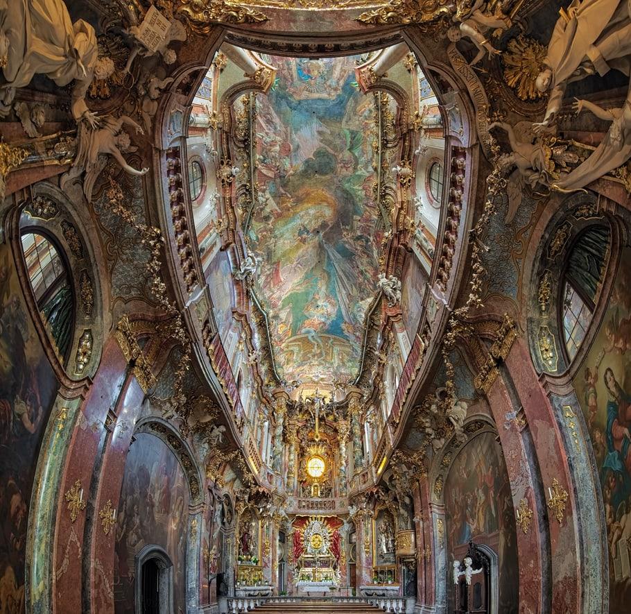 Prachtvolle Kirche von innen in Rokkoko Stil mit Gold und Malerei