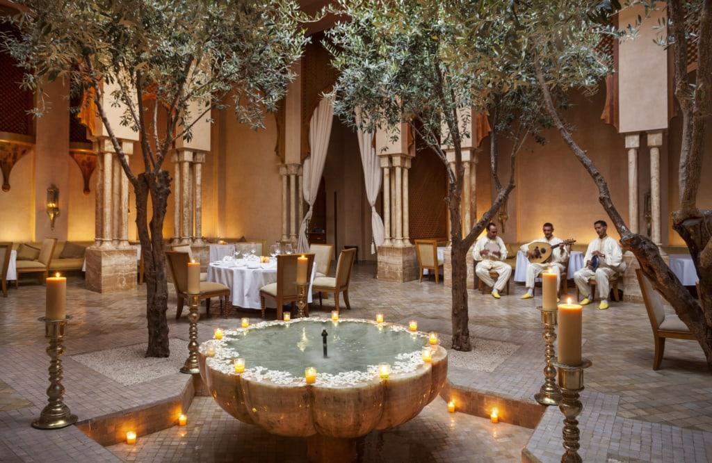 Orientalisches Resaurant mit Kerzen, Wasserbecken und Palmen