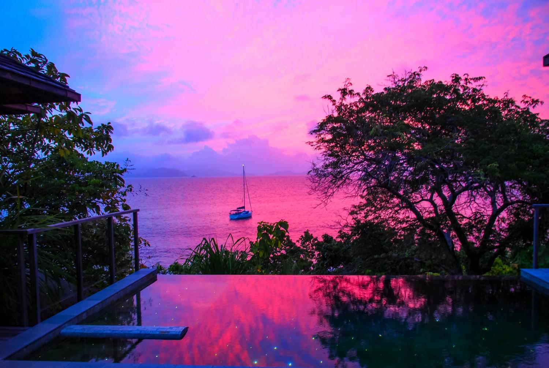 Infinitypool in tropischer Umgebung und Sonnenuntergang