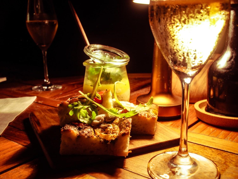 Schön angerichtetes Dinner in gemütlicher stimmung.