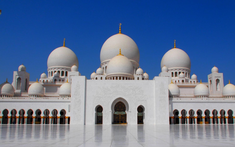 Prunkvolle Moschee in weiß