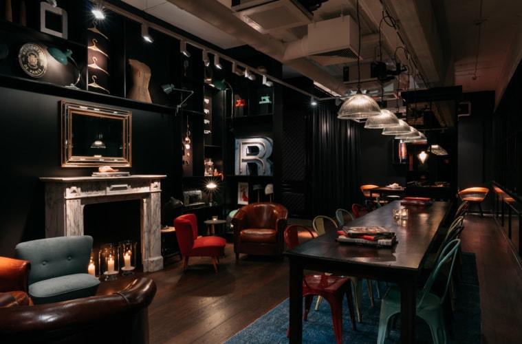 Raum mit vielen eingearbeiten Mode Details im Ruby Coco Hotel, Düsseldorf
