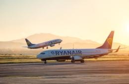 Zwei Ryanair-Flugzeuge auf dem Rollfeld eines Flughafens