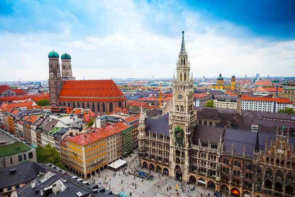 Neugothische Kirche auf großem Hauptplatz