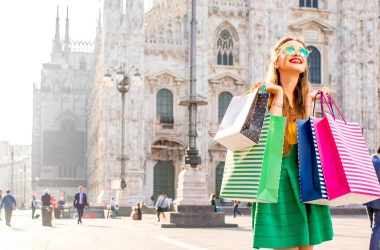 Frau beim Shoppen in Mailand