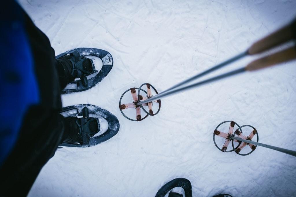 Skischuhe und Skistöcke