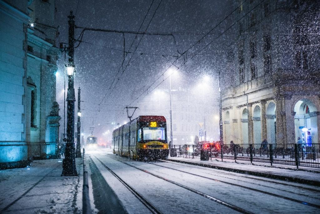 Straßenbahn im Schneetreiben in Warschau