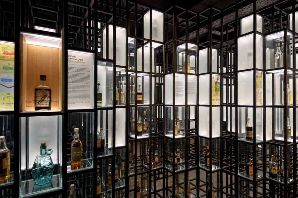 Flaschen im Wodka-Museum in Warschau