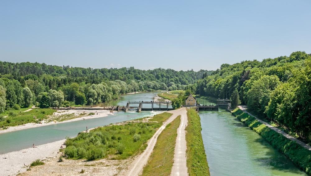 Fluss mit Ufern, Bäume und Brücke