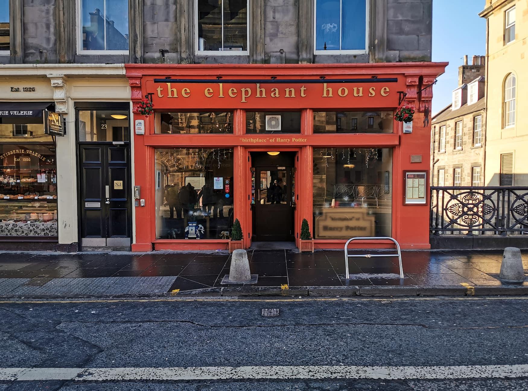Rote Fassade des Elephant House in Edinburgh, die Geburtsstätte von Harry Potter