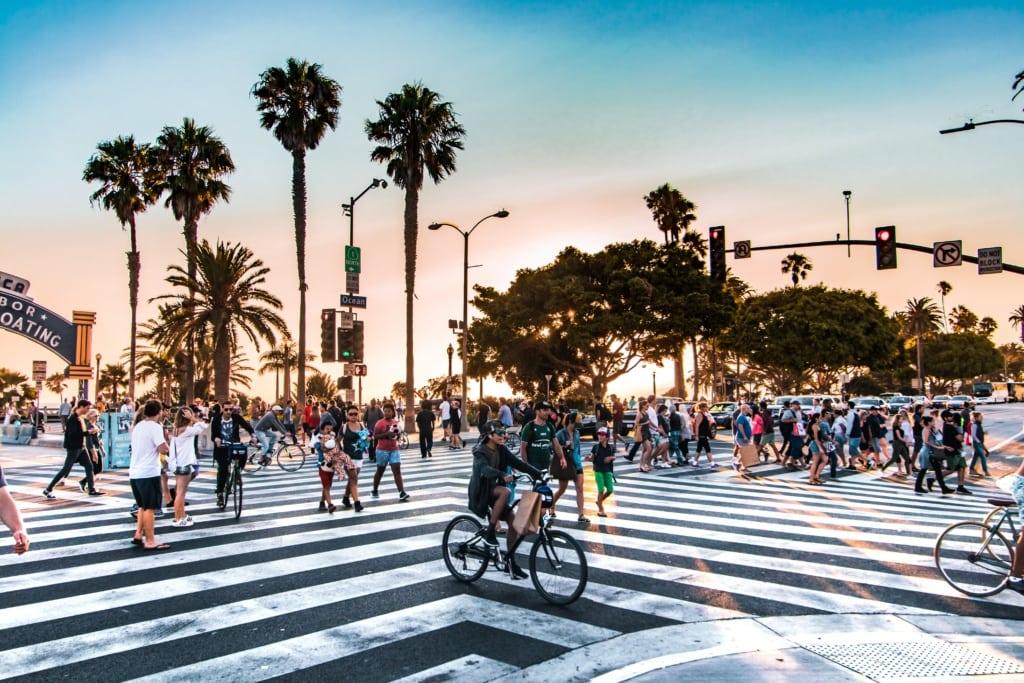 Straßenkreuzung mit Fußgängern in Los Angeles
