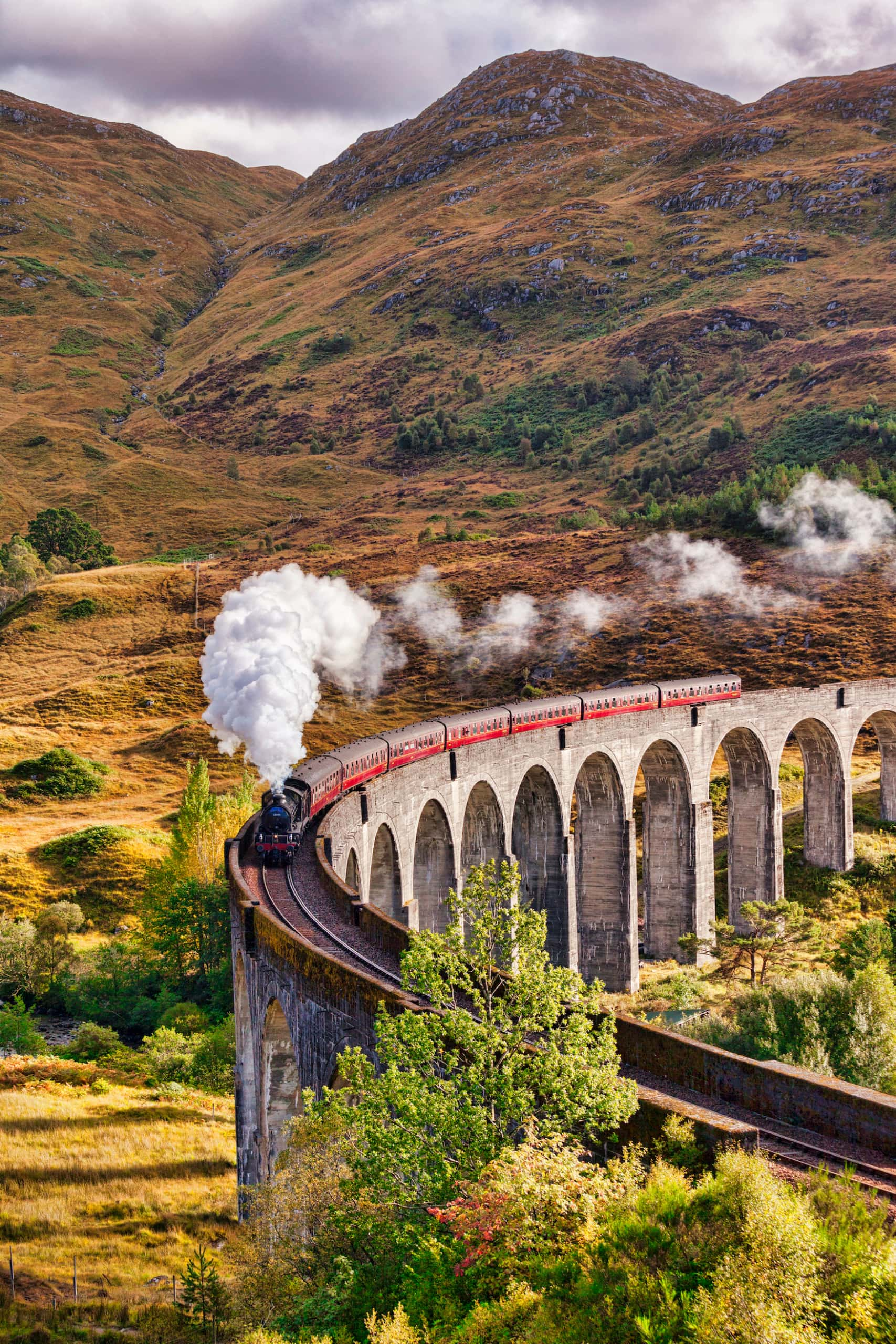 Die Zugstrecke zwischen Fort William und Mallaig in Schottland erinnert an eine Filmkulisse aus Harry Potter