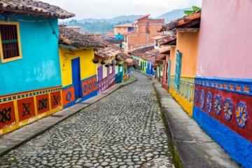 Bunte Straßenzüge führen durch Kolumbiens Städte.