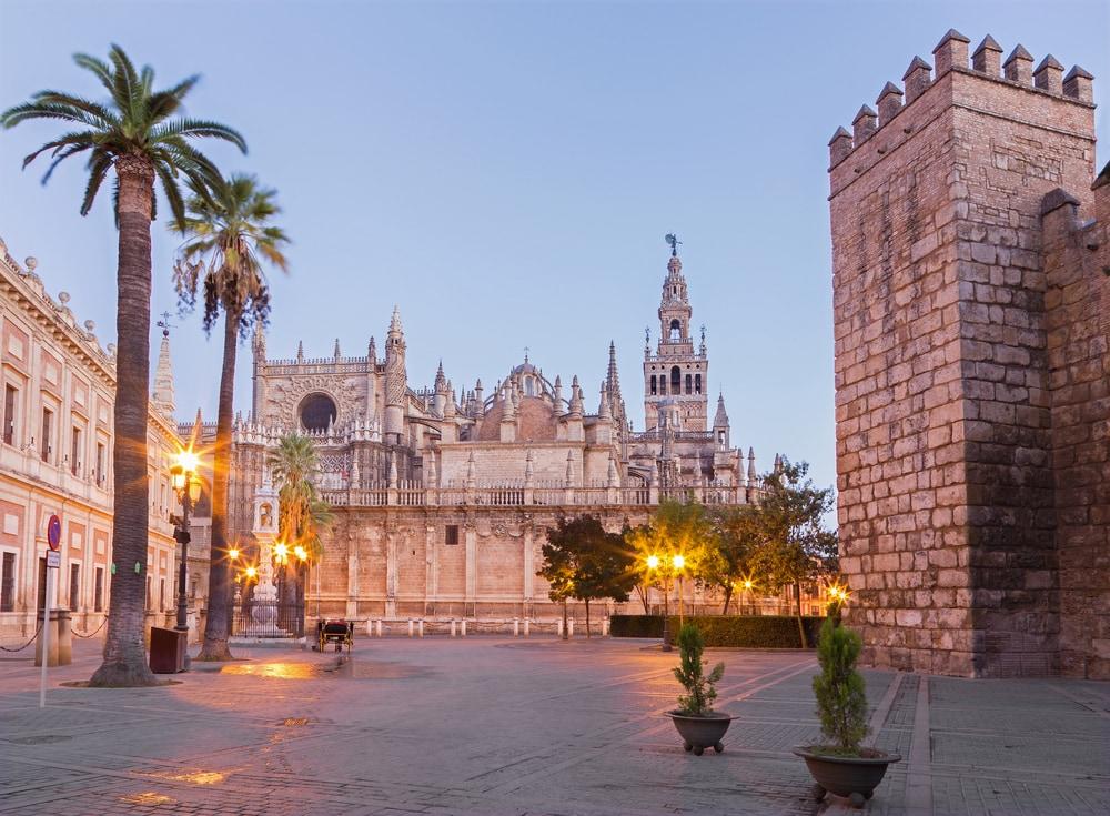 Große Kathedrale mit quadratischem Turm