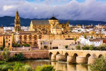 Altstadt mit großer alten Brücke im Vordergrund und schönem Fluss