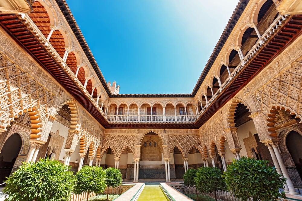 Palast mit arabschen Akzenten und Innenhof mit Garten.